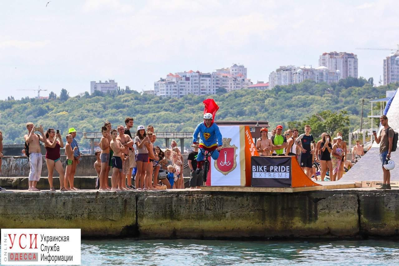 В Одессе любители экстрима ныряли в воду вместе с велосипедом (Фото)