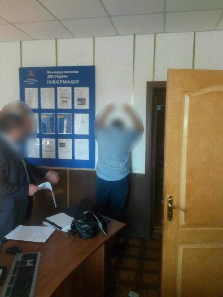 В Винницкой области на взятке задержан инспектор таможенного поста (Фото)