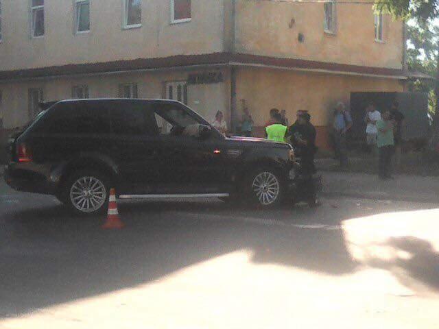 Во Львове на автомобиль упал столб: пострадавшая в тяжелом состоянии (фото)