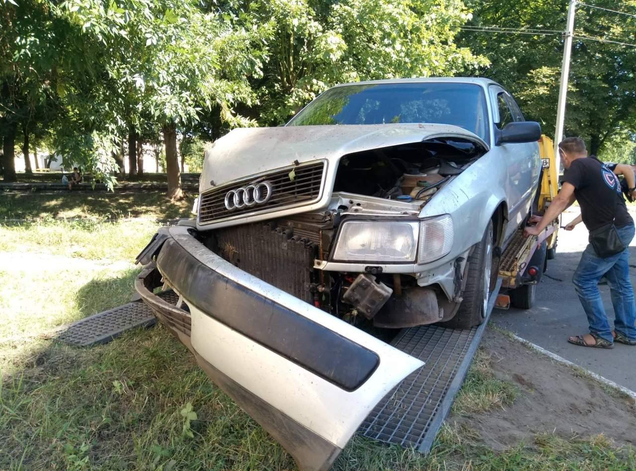 Во Львове неадекватная компания за рулем авто устроила ночной пробег по городу и въехала в дом (фото)