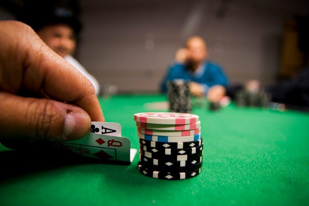 Знакомство с виртуальным покером: правила, комбинации и фишки