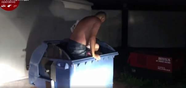 В столице неадекватный мужчина спал голышом в мусорном баке (Видео)