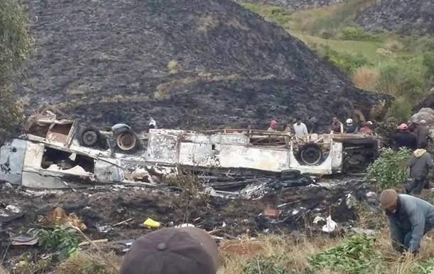 На Мадагаскаре разбился автобус с паломниками. 34 погибших (Фото)