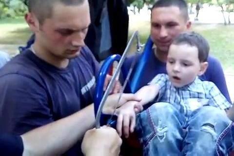 В Харькове спасли 7-летнего мальчика застрявшего в качели (видео)