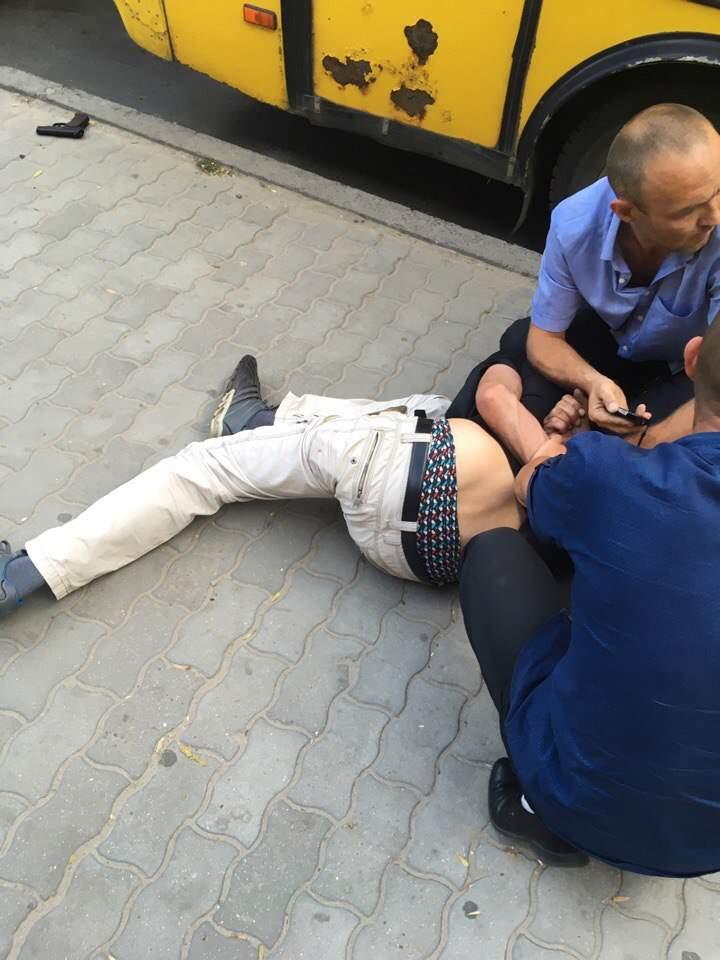 Во Львове пьяный мужчина угрожал оружием водителю маршрутки