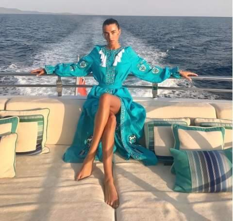 Украинская модель продемонстрировала платье-вышиванку (фото)