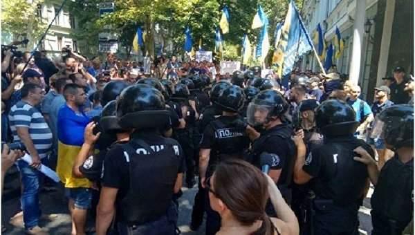 У здания прокуратуры в Одессе произошла массовая драка. Есть задержанные