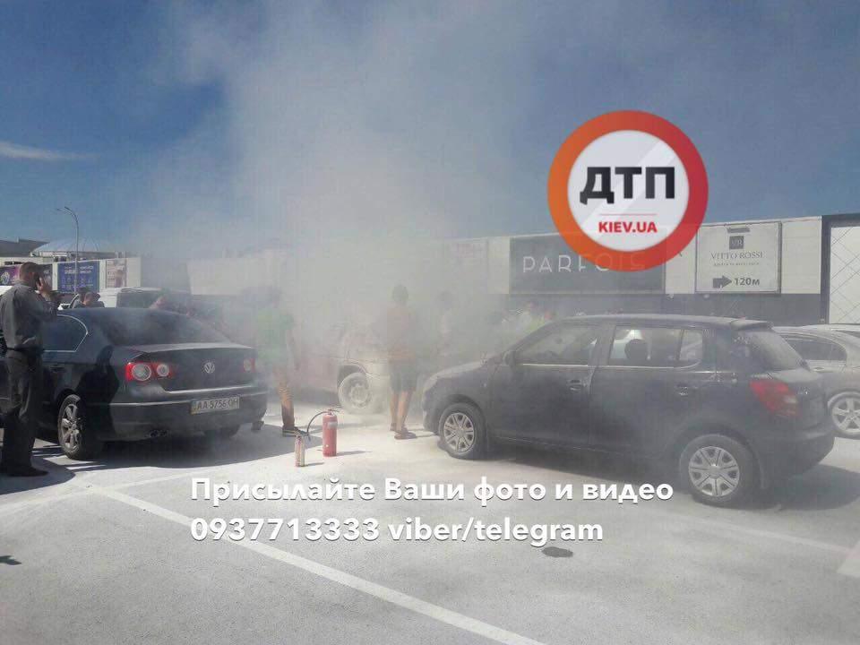 Не выдержал жары: в столице загорелся автомобиль (Фото)