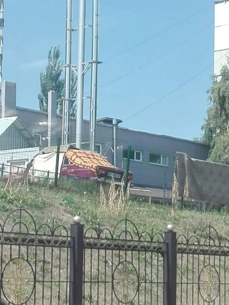 Харьковчанин нашёл оригинальный способ уберечь свою машину от жары (фото)
