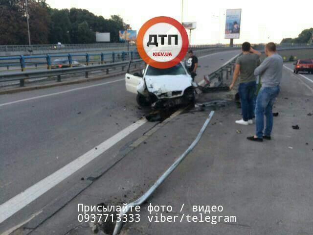 В столице нетрезвый водитель врезался в отбойник (Фото)