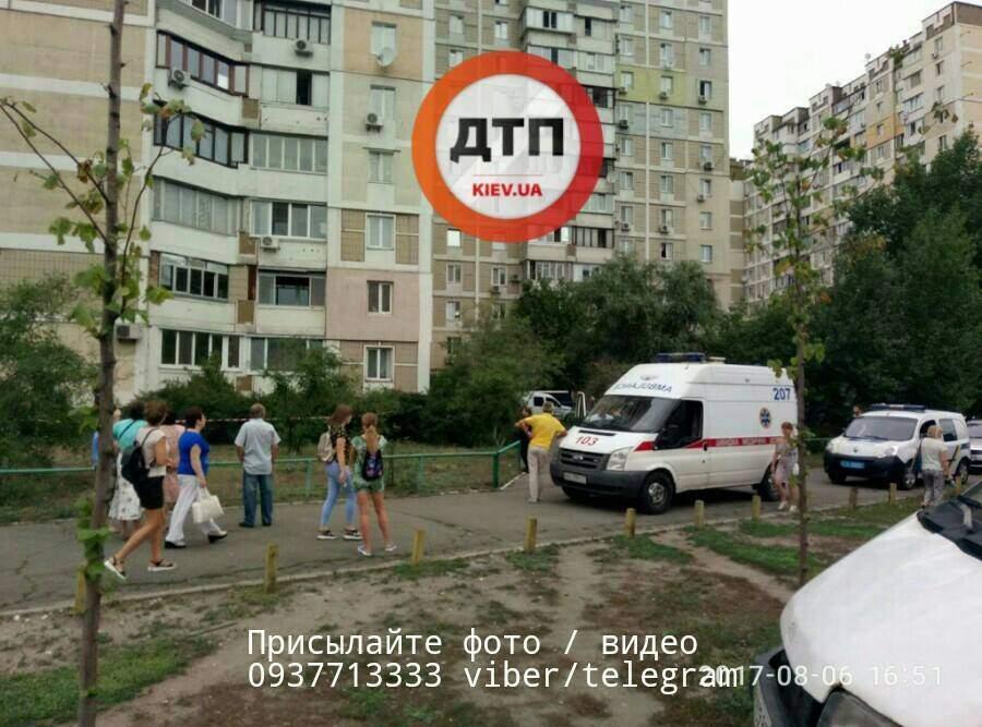 В столице мужчина выпал из окна квартиры