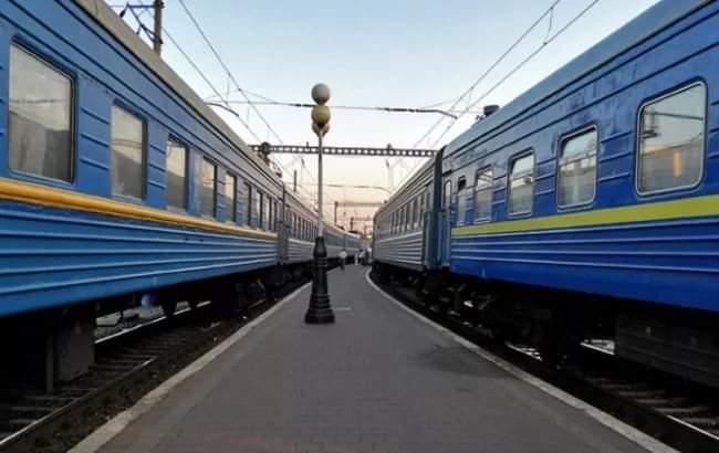 Толпа людей в масках напала на киевскую электричку: Неизвестные с битами жгли дымовые шашки и раскрашивали вагоны