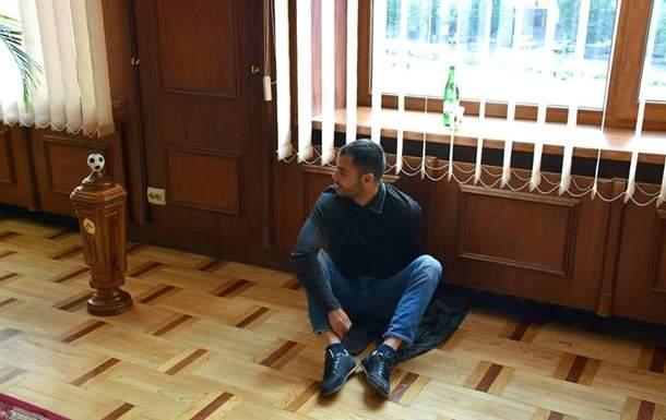 Шоу в кабинете мэра: Депутат Ивано-Франковского городского совета приковал себя наручниками к батарее (Фото)