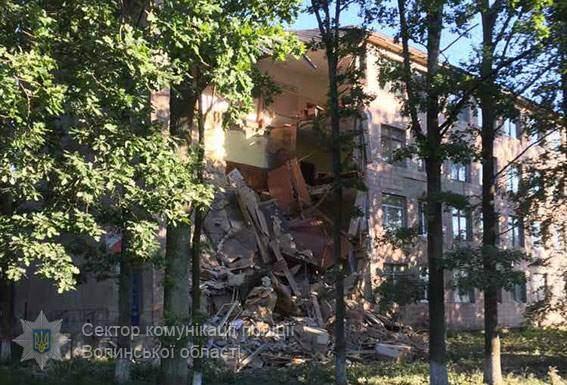 В Луцке обвалилась часть стены местного колледжа (фото)