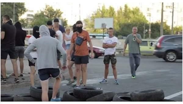 В Киеве люди в масках протестуют против строительства АЗС