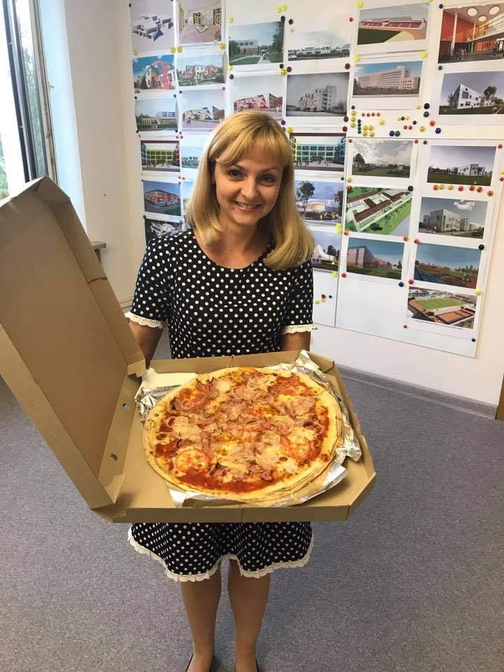 Советники председателя Днепропетровской ОГА работают доставщиками пиццы (фото)