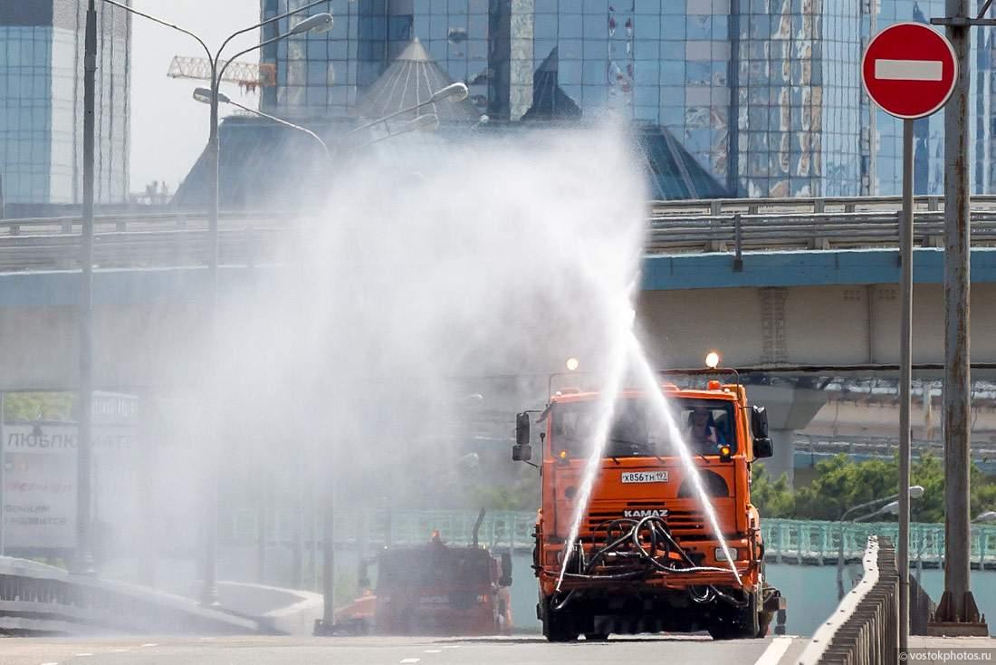 В связи с жарой в Киеве коммунальщики усиленно поливают дороги