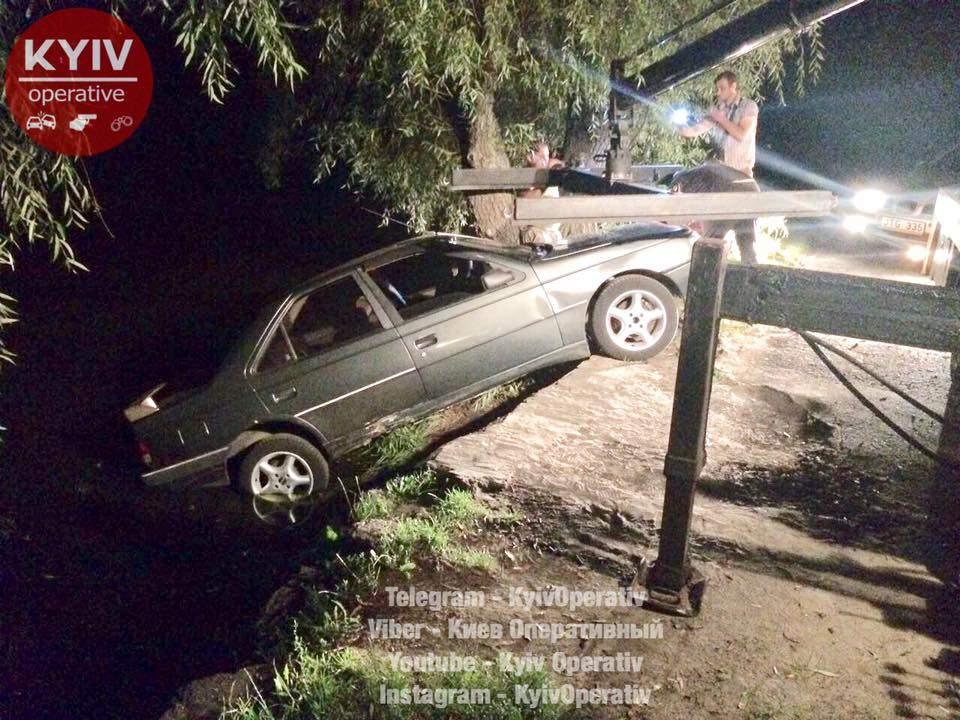 В Киеве у водителя оказали тормоза: на место ДТП вызывали эвакуатор (фото)