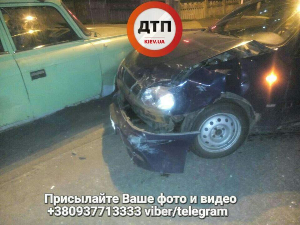 В Киеве произошло ночное ДТП: пострадала девушка-водитель (фото)