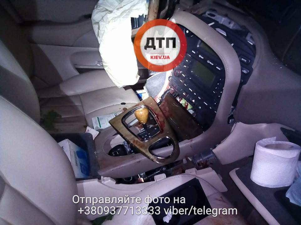 В Киеве в аварии получили травмы шесть пассажиров автомобиля (фото)