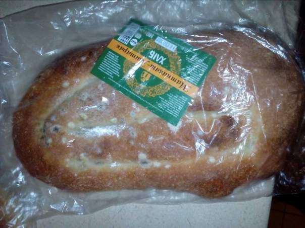 Одесситка пожаловалась на заплесневевший хлеб в витрине магазина