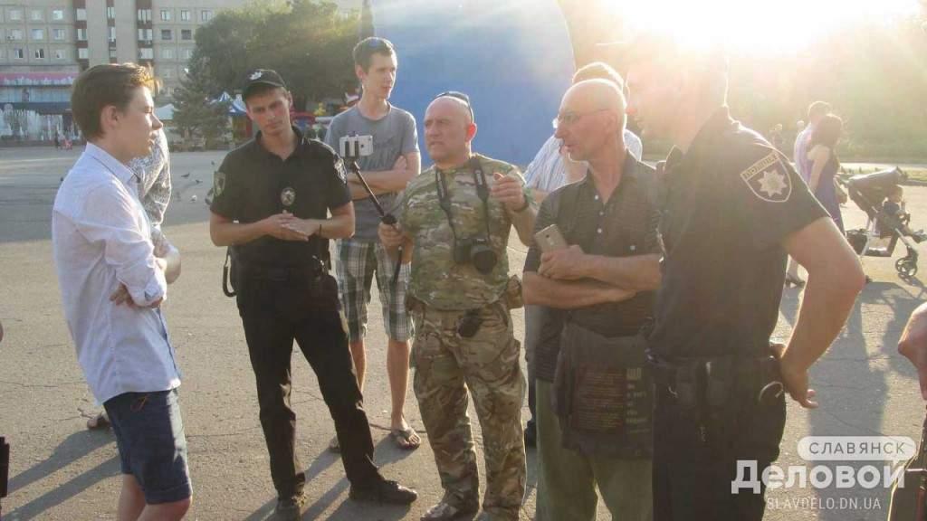 В Донецкой области парни публично продемонстрировали неуважение к национальному гимну (видео)