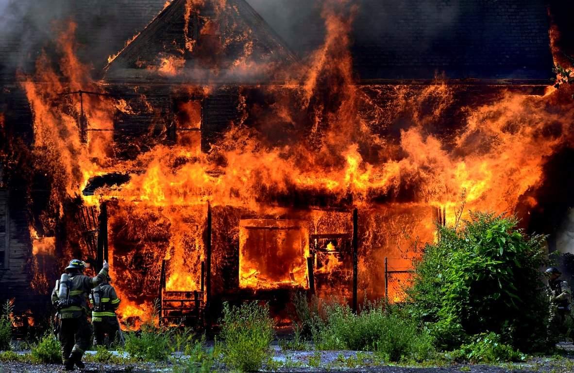 В прифронтовом городе Донецкой области после обстрела сгорело 10 домов