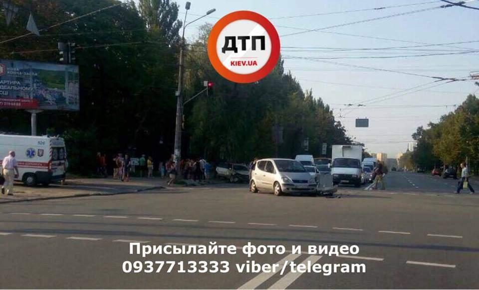 В Киеве автомобиль с четырьмя взрослыми и грудным ребенком попал в аварию (фото)