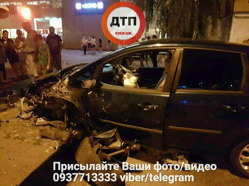 В столице пьяный водитель не разминулся со столбом (Фото)