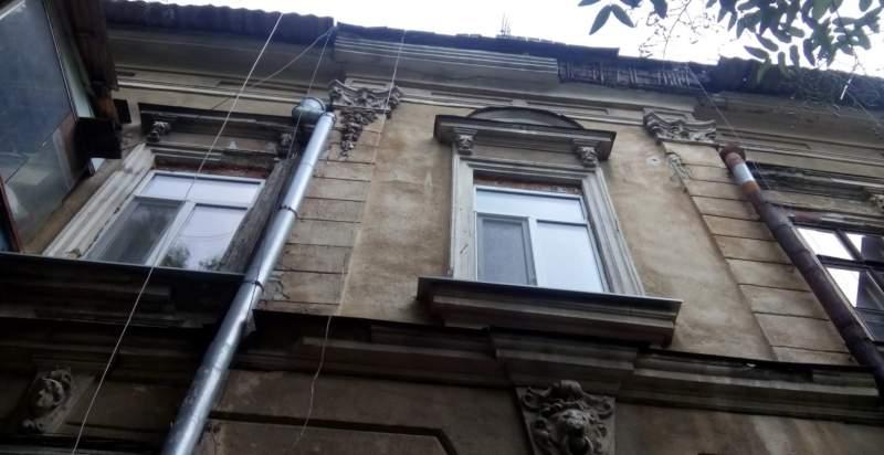 В Одессе произошло обрушение части фасада дома (Фото)