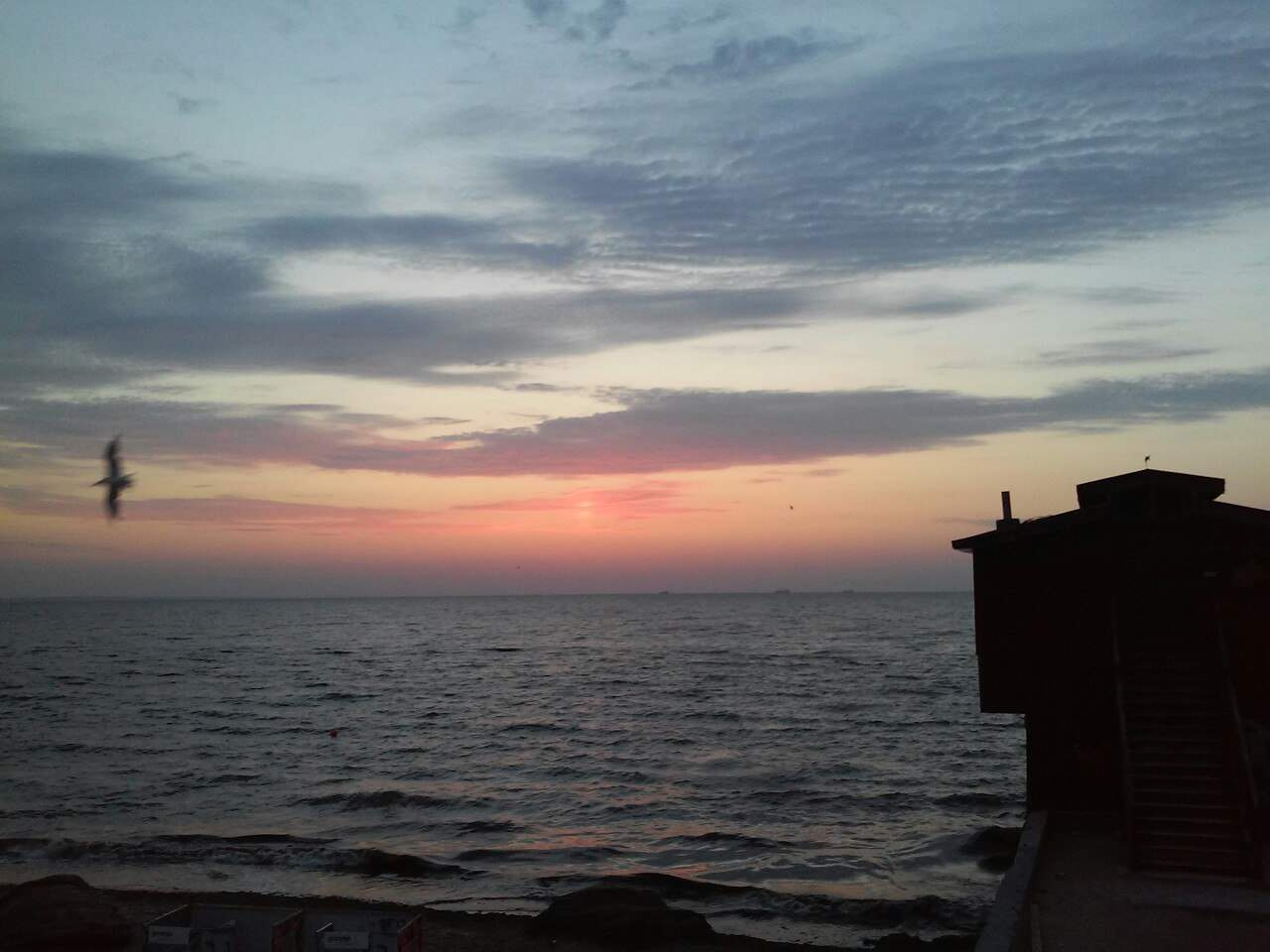 Сказочный заход солнца на фоне одесского моря (Фото)