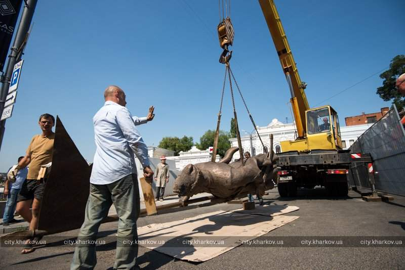 «Атаман – не Грициан»: в Харькове устанавливают памятник Сирко (фото)