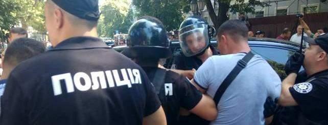 В Черновцах жители пытались сорвать задержание и напали на патрульных (видео)