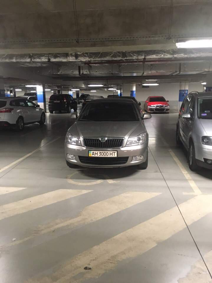 Во Львове обнаружены сразу два  любителя парковаться на местах для инвалидов