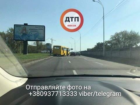 В Киеве произошло ДТП, маршрутка вылетела с дороги