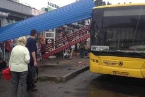 В Киеве автобус снес остановку: Людей разбросало по дороге, а виновник ДТП убежал (Фото)