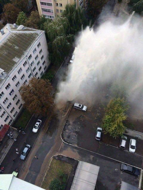 В Киеве из-под земли забил чудовищной силы фонтан горячей воды (Фото)