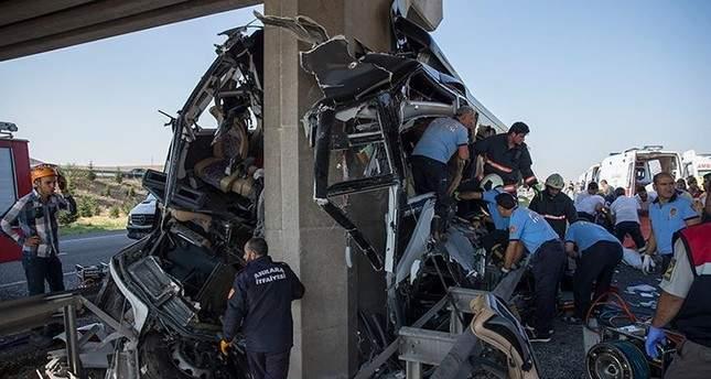 В Турции пассажирский автобус размозжило о мост: есть погибшие (фото)