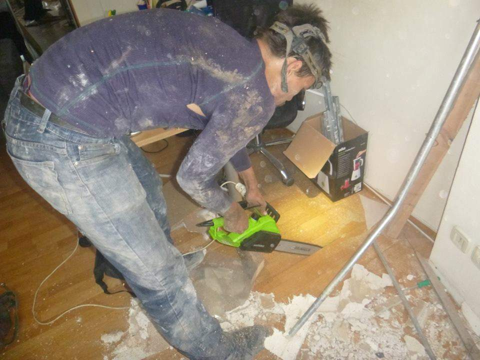 В киевском офисе 5 часов ломали пол из-за котенка (фото)