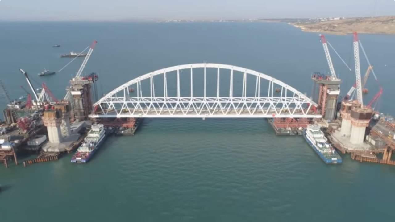 Установку арки Керченского моста засняли с высоты (видео)