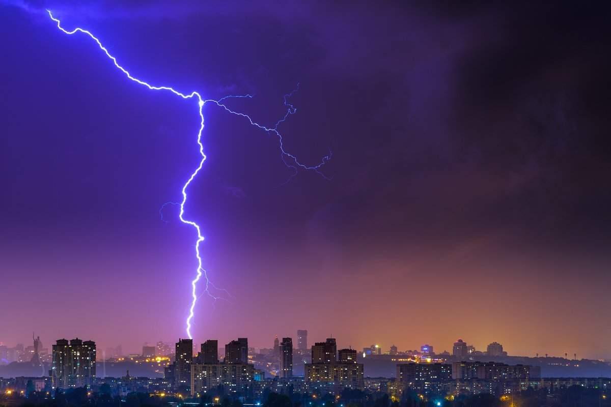 Киевлянин запечатлел молнию на завораживающих фото