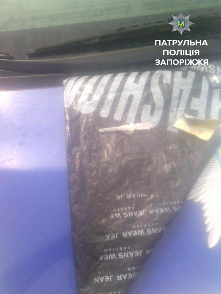 В Запорожье наркоман пытался разбить себе голову о полицейское авто (Фото)