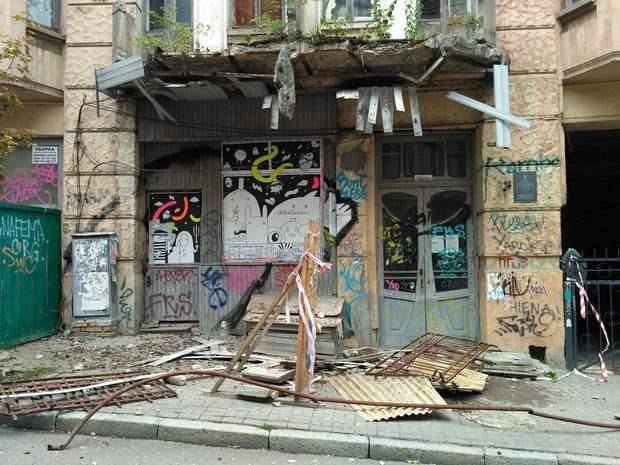 «Ничто не вечно»: в Киеве рухнул балкон дореволюционного дома, но люди продолжают там жить