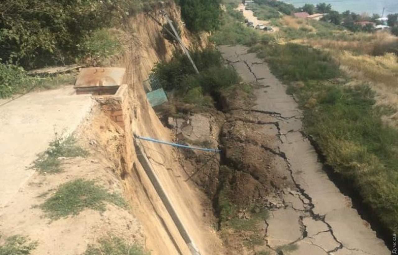 В Одесской области в пропасть рухнули электрические столбы и дорога (Видео)
