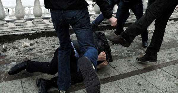 Молодые люди заставляли харьковчанина раздеваться за рюмку водки и избивали на камеру