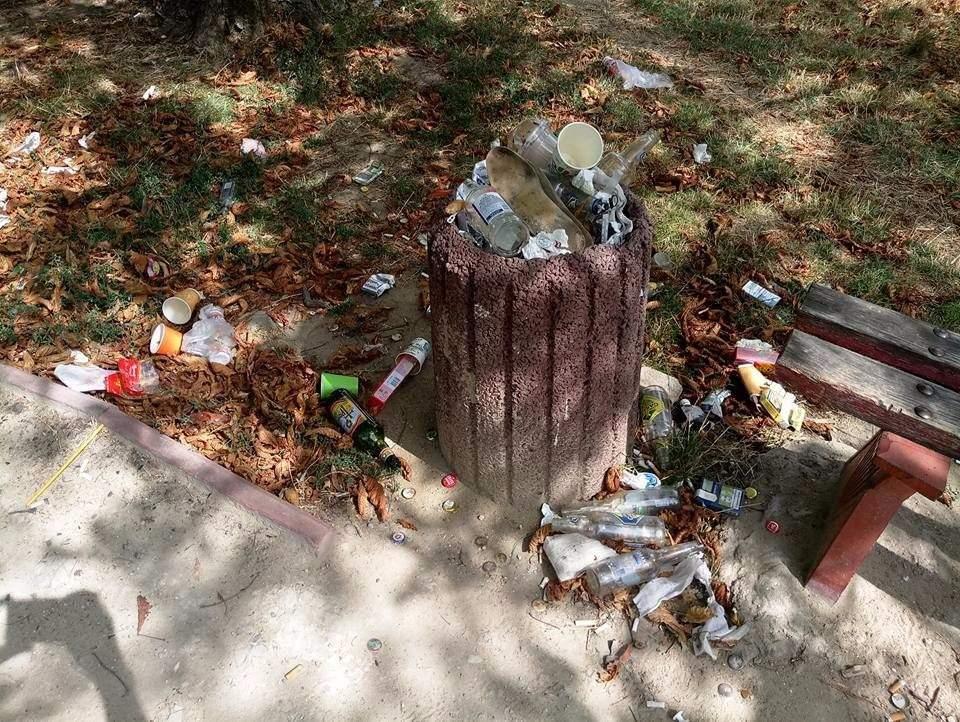 Одесский сквер «Ботанический треугольник» утопает в мусоре (Фото)