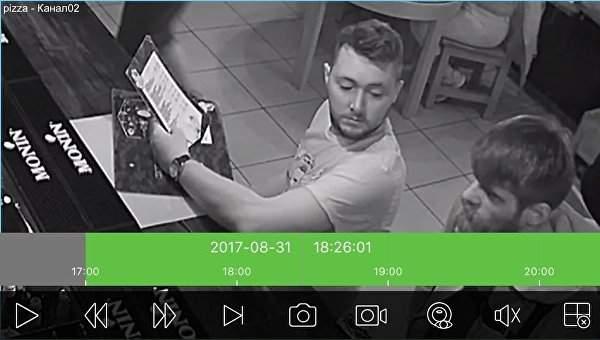Патриот-имитатор: в Киеве посетитель тайно вытирал ноги об украинский флаг (фото)