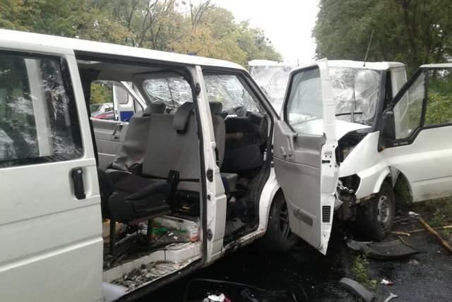 На Харьковщине пассажиры микроавтобусов оказались заблокированы в результате смертельной аварии (Фото)