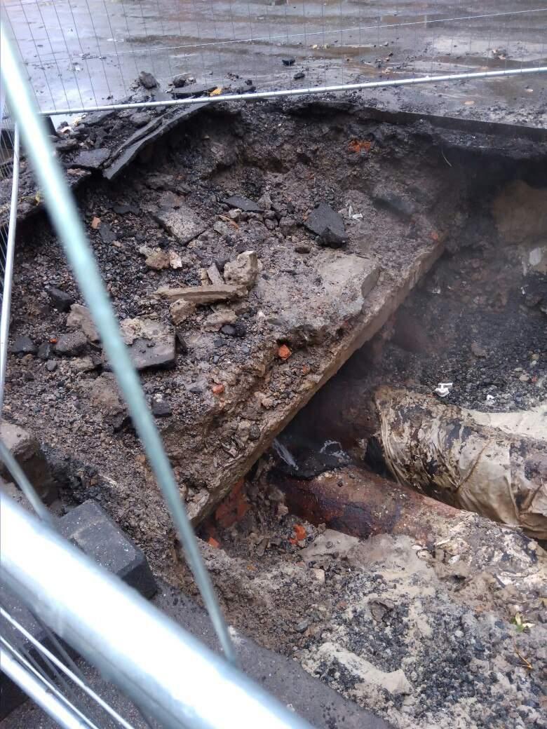 В Харькове течь в трубе пытались залатать асфальтом (Фото)