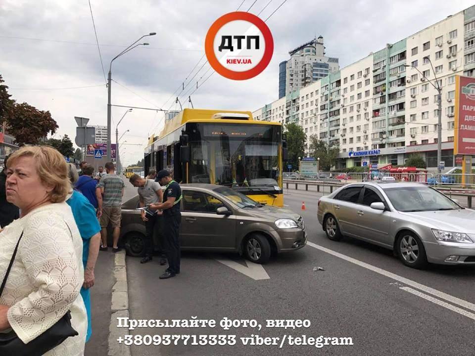 В Киеве произошло столкновение легковушки с троллейбусом (Фото)